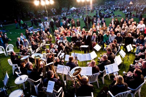 Stemningsbillede! Her fra Skt. Hans 2009 (vi glæder os til at spille udendørs i det dejlige sommervejr, der er hastigt på vej!)